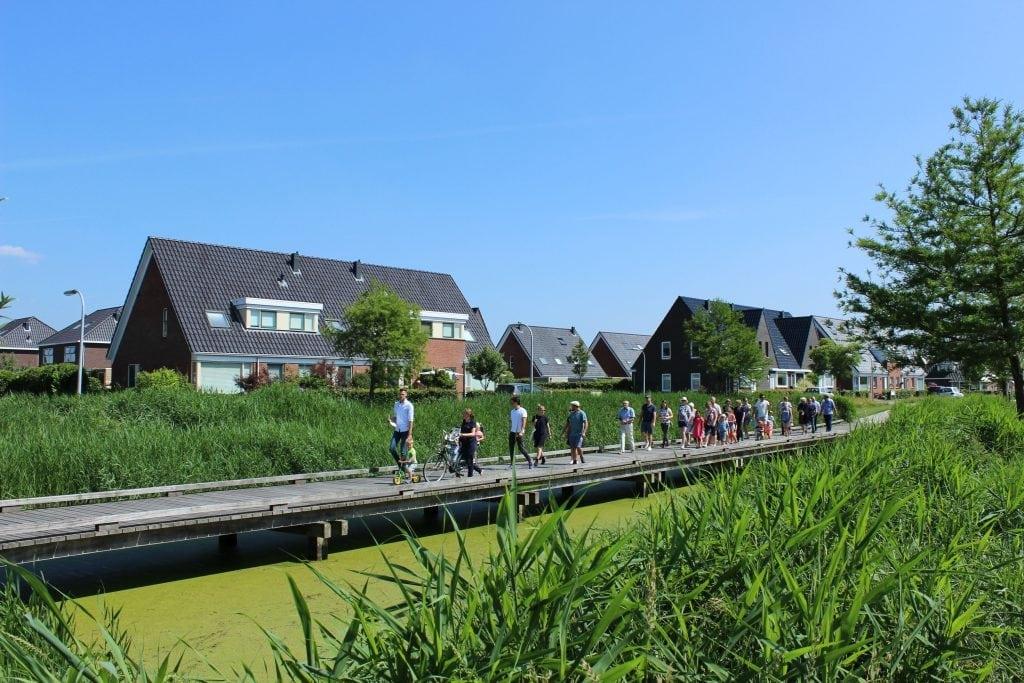 Lopen over brug natuureiland